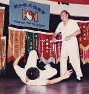 GM Huang using a neon-light tube to show song when throwing Nov 1987 in Singapore